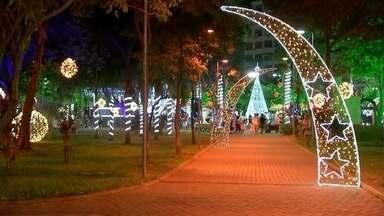 Decoração de Natal é inaugurada em Araçatuba - O clima de Natal definitivamente tomou conta de Araçatuba (SP). Nesta quarta-feira (2), no dia do aniversário da cidade, foi inaugurada a decoração natalina na principal praça da cidade.