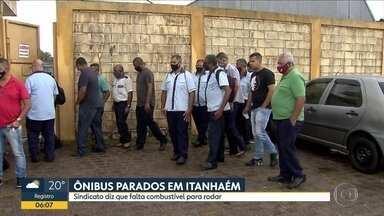 Ônibus estão parados em Itanhaém - Sindicato diz que falta combustível pra rodar.