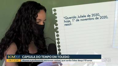Alunos de Toledo enterram cápsula do tempo - Ideia é ter um registro do ano da pandemia. Cápsula do tempo deve ser aberta só em 2030.