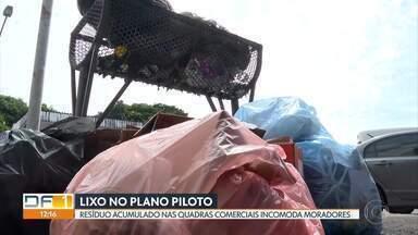 Lixo acumulado no Plano Piloto incomoda moradores - Eles dizem que os estabelecimentos considerados grandes geradores de resíduos não estão descartando o lixo de forma correta.