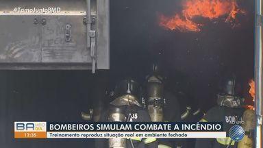 Equipe dos Bombeiros simulam combate a incêndio em ambiente fechado - Treinamento reproduz situação real em ambiente fechado.