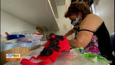 Senhora cria modelos diferentes de máscaras faciais para atrair clientela - Usar máscaras é uma recomendação das autoridades de saúde pra se proteger contra o coronavírus.
