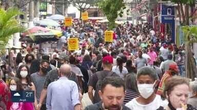 Comércio fica lotado em São Paulo neste sábado - Consumidores anteciparam as compras de natal, mas a maioria não respeitou o distanciamento social e muitos não usaram máscara.