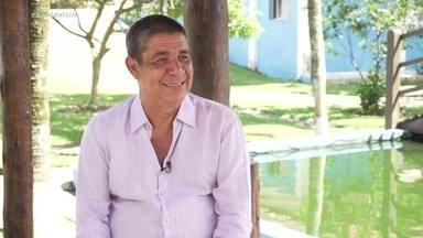 Zeca Pagodinho comemora 25 anos de 'Samba Pras Moças', disco que marcou sua carreira - Cantor está em quarentena em sua casa em Xerém e conta em entrevista ao Fantástico sobre a vida sossegada durante esse tempo, a espera pela vacina, e a comemoração do disco que foi um divisor de águas no samba.