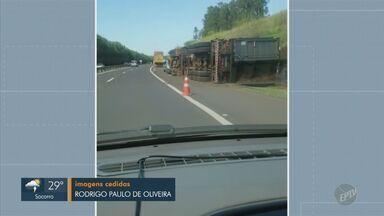 Carreta tomba em acostamento da Rodovia Laércio Corte, em Piracicaba - Motorista estava sozinho no veículo, sofreu escoriações leves e recusou atendimento médico. Via não precisou ser interditada.