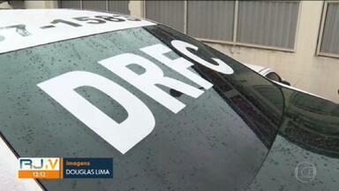 Polícia investiga o uso de viaturas clonadas da Polícia Civil em assalto - Veículos clonados foram encontrados em Ramos. Segundo delegado que investiga o caso, um dos carros foi parcialmente queimado.