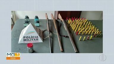 Em Buenópolis, homem é preso com armas e 98 cartuchos após denuncias - PM apreendeu também um carregador de cartuchos e chumbos. Homem confessou ter comprado o material e foi preso em flagrante.