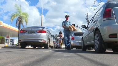 Com a crise financeira, muitas pessoas estão vendendo produtos nos sinais de Rio Branco - Com a crise financeira, muitas pessoas estão vendendo produtos nos sinais de Rio Branco