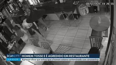 Câmeras de segurança registram o momento da agressão dentro de um restaurante - O homem tosse dentro do restaurante e é agredido. Agressor o acusou de estar contaminado com o coronavírus.