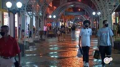 Confira o movimento no horário estendido do comércio de Bauru - Confira como está o movimento de consumidores no Calçadão da Batista de Carvalho, em Bauru, durante o horário especial estendido para as compras de Natal.