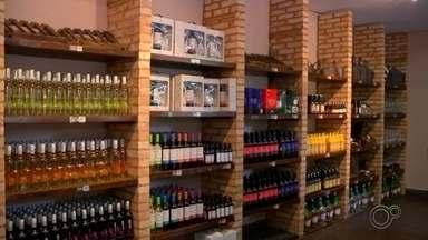 Com a falta de matéria-prima, vinícolas buscam alternativas para garantir embalagens - Os fabricantes de bebidas em São Roque (SP) estão adotando alternativas para conseguir as embalagens dos produtos. Além de preços mais altos de quase todos os insumos da cadeia do vinho, o prazo de entrega também está maior.