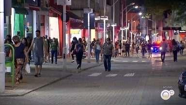 Mais de 50 reclamações sobre horário de abertura do comércio são registradas em Jundiaí - As lojas do centro de Jundiaí (SP) estão abertas até as 22h. De acordo com Secretaria de Saúde de Jundiaí, mais de 50 reclamações sobre o horário e o barulho foram atendidas durante a Fase Amarela.
