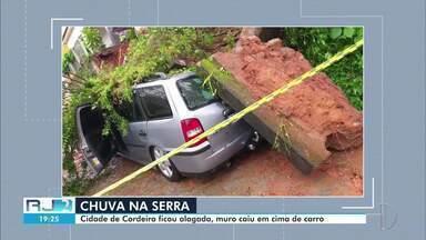 Chuva causa transtornos em Cordeiro, no RJ - Muro cedeu e caiu sobre carro. Ruas também ficaram alagadas em diversas localidades da cidade.