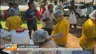 Voluntários preparam refeição para mais de 200 moradores de rua no centro de Campinas - A ação aconteceu nesta manhã e foram entregues kits de café da manhã, além de um panetone para cada pessoa.
