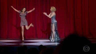Tancinha dança com Cláudia Raia durante o espetáculo - A feirante ganha conselhos da atriz e se diverte em cima do palco