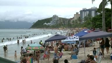 Dezoito cidades de São Paulo desrespeitam a reclassificação temporária para fase vermelha - As praias de Caraguatatuba, no litoral norte do estado, estavam cheias hoje e muitas lojas, quiosques e restaurantes funcionaram normalmente.