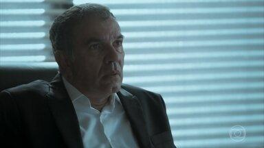 Eurico descobre que Garcia voltou ao Brasil - Elvira sonda Aurora sobre prisão de Rubinho