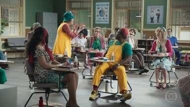 Episódio 10 - O Professor Raimundo chega atrasado na sala de aula e a turma aproveita para aprontar.