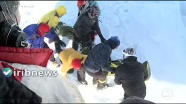 Avalanche e nevascas deixam 12 mortos no Irã - Os alpinistas escalavam as montanhas Albórz, ao norte da capital, Teerã. Equipes do crescente vermelho conseguiram resgatar quatorze com vida. Cem pessoas ficaram isoladas em uma estação de esqui.