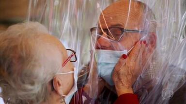 Isolamento social foi o caminho para interromper o contágio pelo novo coronavírus - Por meio da tecnologia, famílias e amigos diminuíram a saudade. Brasileiros se uniram em correntes de solidariedade para ajudar os mais vulneráveis na pandemia.