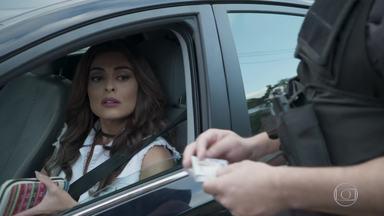 Bibi é parada por policiais com dinheiro de crime - Eles revistam o carro da manicure e encontram o dinheiro que ela recebeu de Rubinho