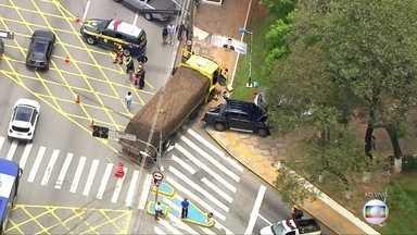 Acidente bloqueia faixas da Régis Bittencourt em Taboão da Serra - Colisão envolveu um caminhão, dois carros e uma moto. Primeiras informações são de que cinco pessoas foram socorridas.