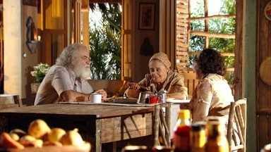 Chico e Maria Adília se reencontram - Os dois se abraçam emocionados. Chico se preocupa com a segurança de Maria Adília em Vila dos Ventos