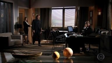 Alberto vai ao escritório de seu advogado - O empresário pede que a secretária localize o hospital onde Samuel está internado