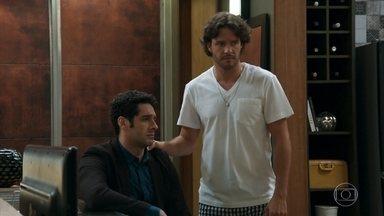Beto desabafa com Henrique sobre seu amor por Tancinha - O publicitário se sente culpado pelo sumiço de Apolo