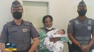 PMs salvam bebê recém-nascido engastado com leite em Ribeirão Preto - Menina parou de respirar durante a amamentação. Policiais chegaram em pouco tempo e começaram as manobras de resgate.