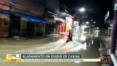 Bairros de Duque de Caxias sofrem com chuva forte pelo terceiro dia seguido - Houve um deslizamento de terra, sem vítimas, em Imbariê. Ruas ficaram alagadas nos bairros Engenho do Porto e Parada Morabi.