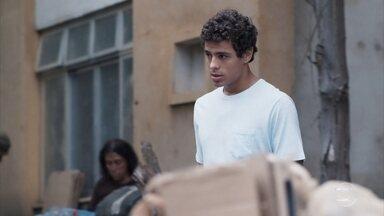 Tato vê Aldo brigando na rua - Ele avisa a Roney e Keyla que o pai está fora de si e desiste de falar com Aldo