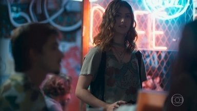 Lica se surpreende ao encontrar Samantha com Felipe - A filha de Marta pensa nos bons momentos ao lado dos affairs e estranha ao vê-los juntos no bar