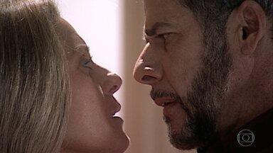 Capítulo de 18/01/2021 - Pedro é agressivo com Helena e cobra o amor que ela sentia por ele e reclama por ela ter levado Miguel ao haras. Ela ameaça expulsá-lo. Pedro confessa que tem ciúmes e insiste que ela não pode ter deixado de amá-lo. Fred chega e percebe o clima entre eles. Helena reafirma que tudo acabou e Pedro vai embora, mas antes dá-lhe um beijo repentino e forte.