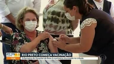 Governo de SP retoma distribuição das doses de Coronavac para interior do estado - Carregamento tem cerca de 300 mil doses e vai direto para maiores cidades paulistas.