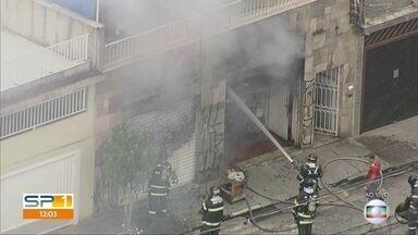 Bombeiros combatem incêndio em casa na Lapa em São Paulo - Carro pegou fogo dentro da garagem do imóvel.