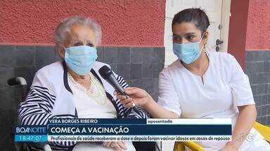 697 idosos são vacinados no primeiro dia da campanha em Curitiba - Equipes de enfermagem foram a 19 instituições de longa permanência para vacinar os idosos e funcionários.