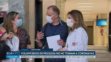 Voluntários que tinham recebido placebo agora tomam a vacina da CoronaVac - Eles participaram da pesquisa do Hospital de Clínicas em Curitiba.