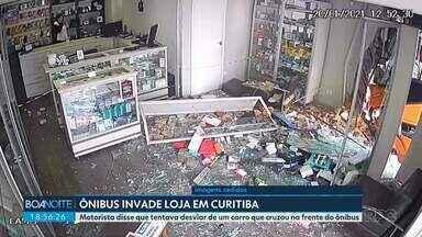 Ônibus do transporte coletivo de Curitiba invade uma loja no centro da cidade - Três pessoas ficam feridas. Motorista disse que tentava desviar de um carro que cruzou na frente do ônibus.