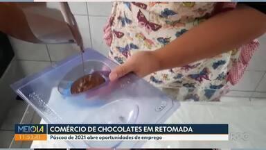 Páscoa de 2021 abre oportunidades de emprego para quem mora na região de Curitiba - Quem produz chocolate em casa e mesmo a indústria estão otimistas com a retomada das vendas para a páscoa desse ano.