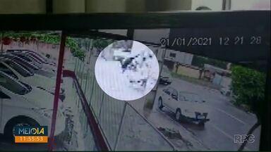 Motociclista é arremessado em acidente no Centro de Cascavel - Câmera de segurança registrou o acidente.