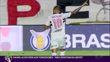 """Daniel Alves pede aos torcedores: """"Não desistam da gente"""" - Daniel Alves pede aos torcedores: """"Não desistam da gente"""""""