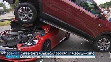Caminhonete para em cima de carro na Rodovia do Xisto - Acidente foi hoje (23) pela manhã, em Araucária.