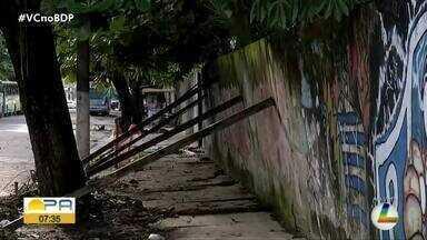 Estrutura de muro sustentada por pedaços de madeira ameaça cair - Muro trás grandes riscos para quem transita no local.
