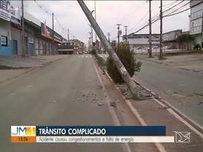 Acidente em avenida de São Luís causou congestionamentos e falta de energia - O acidente causou transtornos durante toda a manhã desta quinta-feira (28).