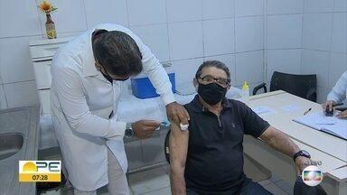 Enfermeiro vacina pai contra Covid-19 em Camaragibe - Idoso de 93 anos é morador do município, onde o filho trabalha.