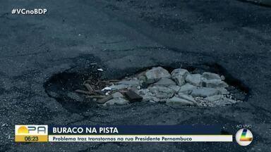Buraco traz transtornos para quem trafega na rua Presidente Pernambuco, bairro da Campina - Buraco traz transtornos para quem trafega na rua Presidente Pernambuco, bairro da Campina