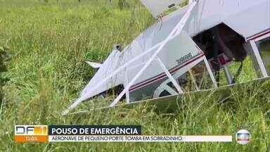 Avião de pequeno porte tomba em pouso de emergência - A aeronave tombou na região da Rota do Cavalo, em Sobradinho, na manhã desta sexta (29). O piloto, de 77 anos, teve ferimentos leves e foi para o hospital.