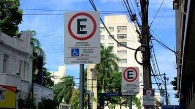 Idosos e pessoas com deficiência podem estacionar de graça por uma hora em Rio Preto - Idosos e pessoas com deficiência podem estacionar de graça por uma hora na Área Azul, em Rio Preto (SP).