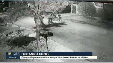 Câmera flagra o momento em que dois jovens furtam cones de concessionária de água - Câmera flagra o momento em que dois jovens furtam cones de concessionária de água